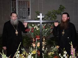 Архиепископ Тихон (Пасечник) и Архиепископ Вениамин (Русаленко) у могилы Схи-Архиепископа Лазаря (Журбенко)