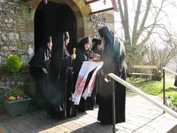 1.Матушка игумения Макрина с сестрами встречают Архиепископа Тихона