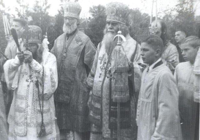 Слева направо: Архиепископ Иоанн Сан-Францисский, Архиепископ Григорий Берлинский и Архиепископ Аверкий Сиракузский и Троицкий. Будущий епископ Стефан Трентонский (крайний справа) держит жезл Святителя Иоанна