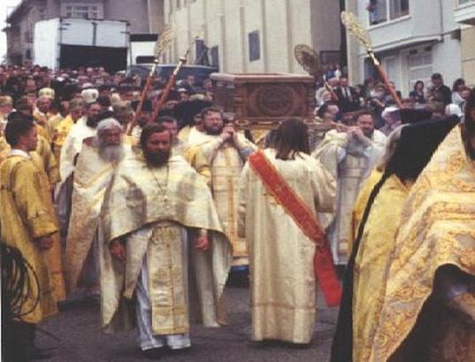 Прот. Стефан Сабельник на прославлении Святителя Иоанна Шанхайского и Сан-Францисского (с левой стороны раки)