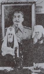 Патриарх Алексий Симанский и митрополит Николай Ярушевич на фоне портрета И. Сталина