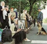Дивеево, август 2004 г.: Паломников конвоируют патрули милиции с собаками